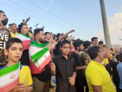 اهتزاز 3 هزار پرچم ایران در ورزشگاه بهنام محمدی مسجد سلیمان
